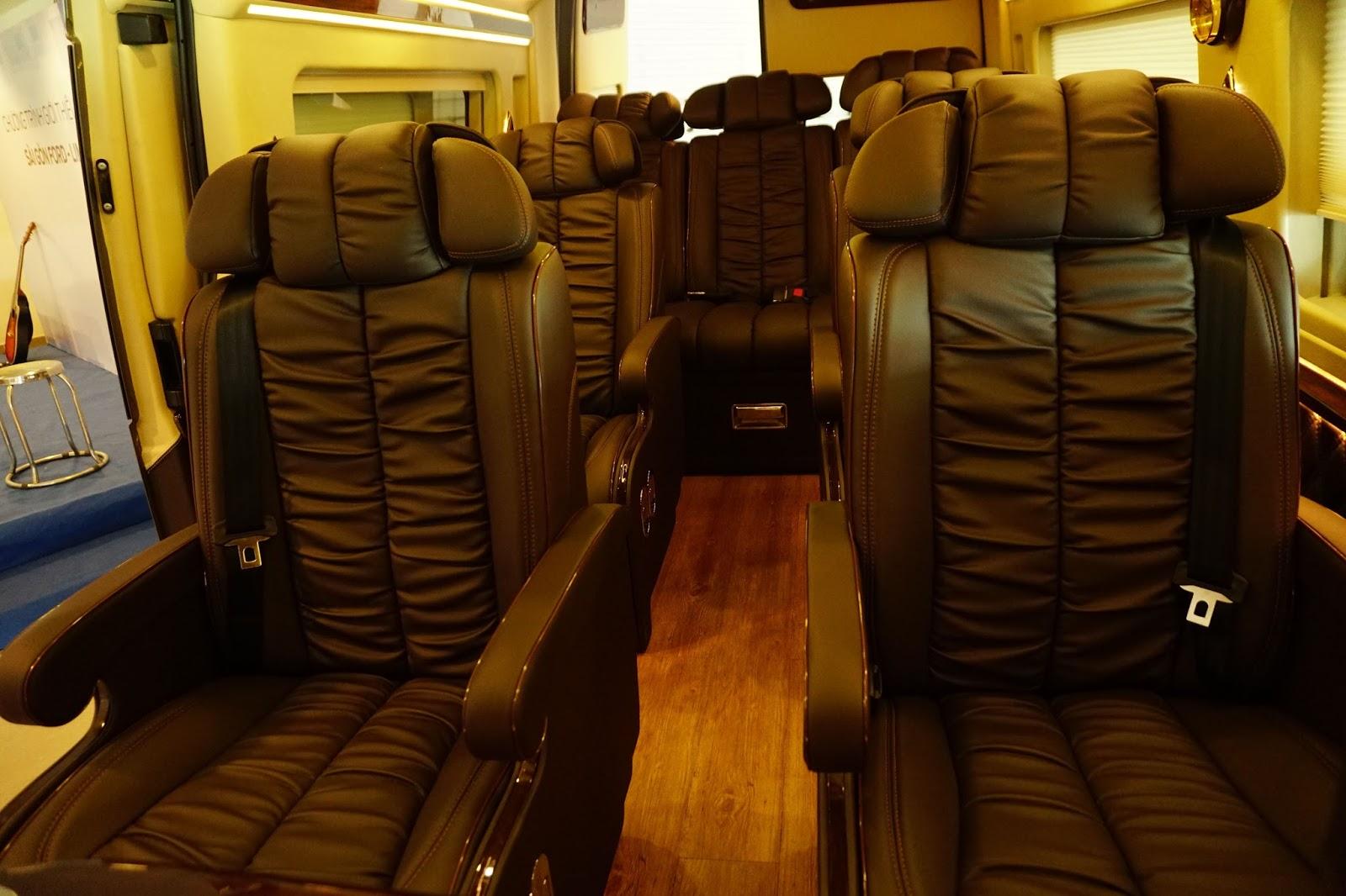 Ngoài hai vị trí ngồi trước, xe có thêm ba hàng ghế phía sau với nội thất cực sang trọng