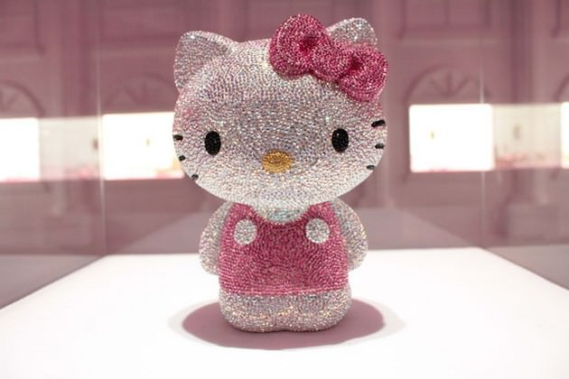 Estatua de Hello Kitty de diamantes