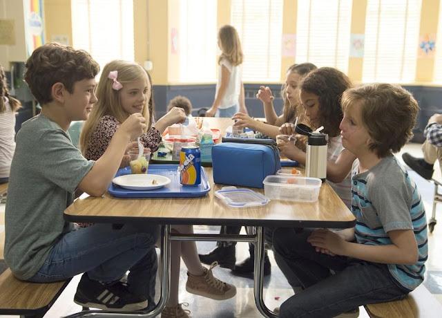 Auggie (derecha) con sus compañeros de clase