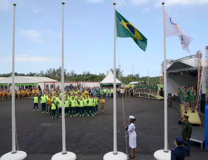 Bem-vindos! Brasil tem cerimônia de hasteamento da bandeira na Vila