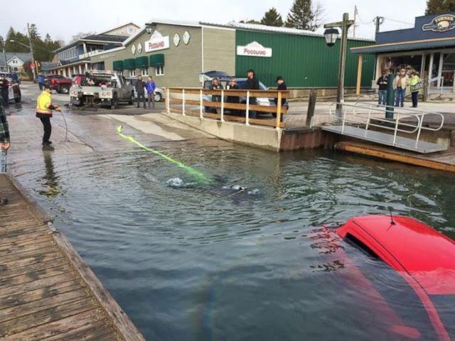 Siguió el GPS de su coche y terminó dentro de un lago