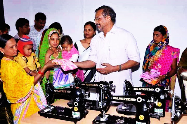 Nana Patekar donating sewing machines