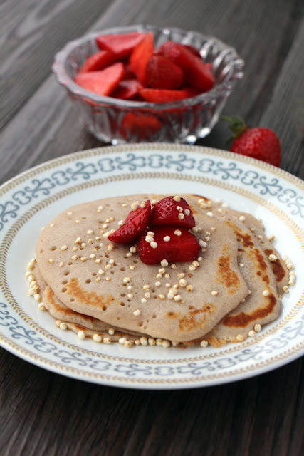 Buchweizenpfannkuchen mit Erdbeeren