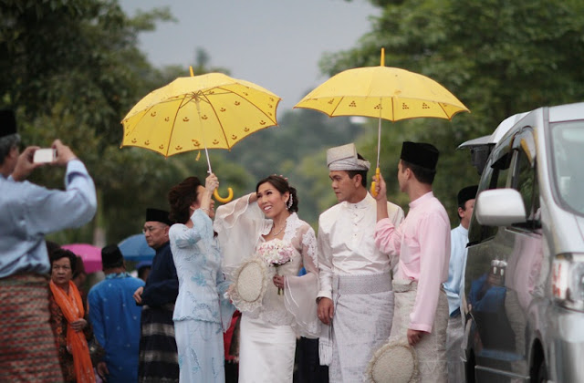 yellow umbrella to cover the bride