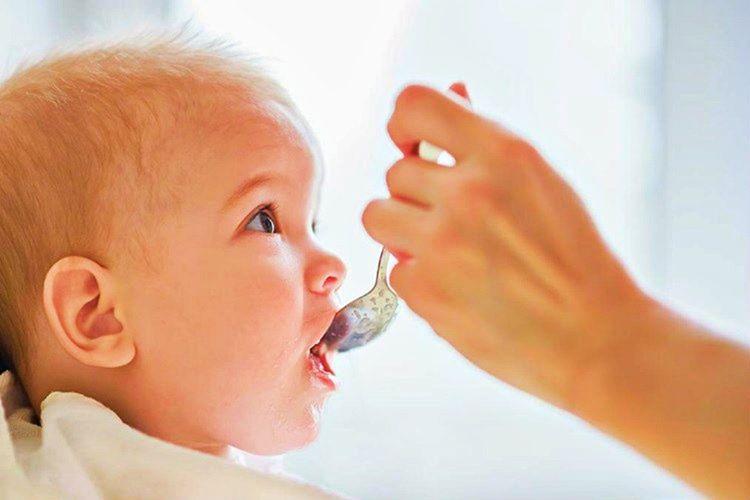 Bebeğin aç uyumaması için, uyukladığı zamanlarda ayaklarının altı hafifçe gıdıklanabilir.