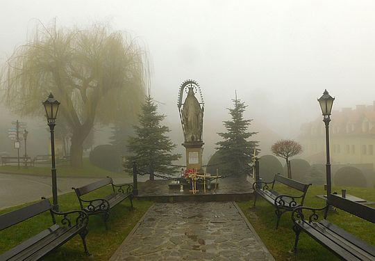 Figura Matki Bożej Królowej na placu przed Domem Pielgrzyma.