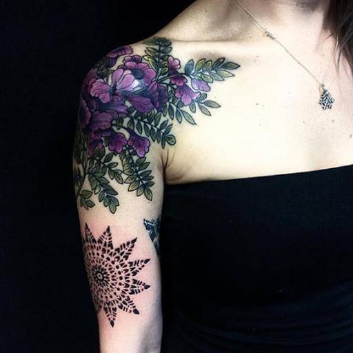 Flores coloridas tatuagens para a menina na mão