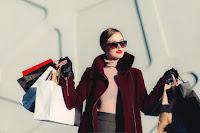 szczęśliwa kobieta na zakupach