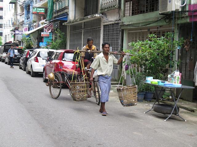 Vendedor con longyi en Yangon