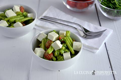 Pasta con pesto di rucola, pomodorini e primo sale