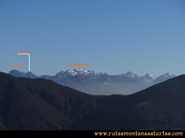 Ruta de las Foces del Rio Pendón y Varallonga: Desde ell pico Varallonga, vista de la Llambria y Campigueños