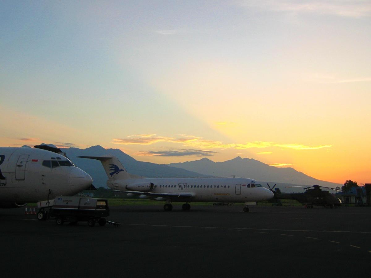 활주로에 대기중인 항공기들과 헬기