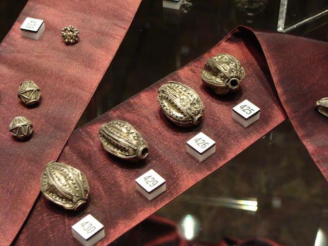 Skarby wieków średnich - skarb z Borucina - srebrne paciory
