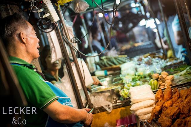 Hotdog, Thai Dog, Hot Dog Thai, Hot Dog Thailändisch, Thai, Thai Food, Thai Streeet Food, Streetfood, Street Food, Thailand, Urlaub, Thai Curry Paste, Ketchup, Chutney, Mango Chutney, Chili, Röstzwiebeln, Gurken, Sauer Gurken, Sweet-Sauer, gedämpfte Brötchen, Hot Dog Brötchen, Hot Dog Bun, Bun, Fernost, Thai Küche, Hot Dog selbstgemacht, kochen, dämpfen, selbst kochen, Rezept, Hot Dog Rezept, Tina Kollmann, Fürth, LECKER&Co, leckerundco, lecker co, Foodblog, Foodblogger Rezepte, Adventskalender, Hot Dog Advetskalender, gerne kochen, selber kochen, selber machen, Sai Ua, Chiang Mai