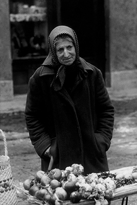 http://www.stojankerbler.com/wp-content/gallery/portreti-s-ptujskih-ulic/LUKARICA.jpg