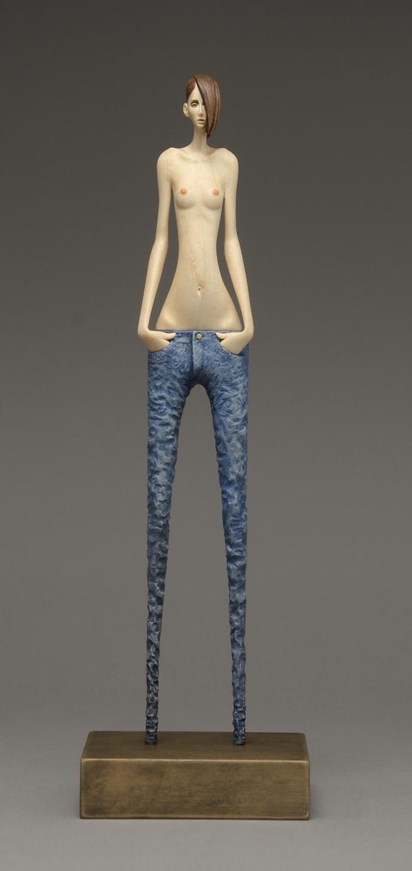 Mujer con jeans y torso descubierto. Escultura de John Morris