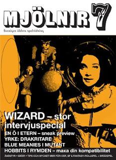 Omslagsbild för Mjölnir #7 - En rymdkvinna med bubbelhjälm och strålpistol i förgrunden, medeltidsaktiga äventyrare undersöker demonstaty i bakgrunden.