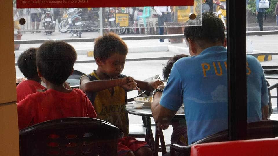 Photos of two policemen feeding street children in Koronadal goes viral