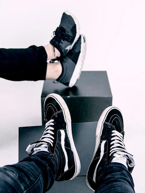 gente-pensando-vestidos-con-zapatillas-deportivas