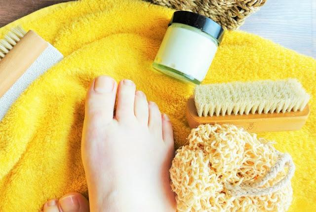Fußcreme für zarte Füße benötigt nur wenige Zutaten. Und das Beste: sie hält die Hornhaut geschmeidig und macht die Füße schön weich