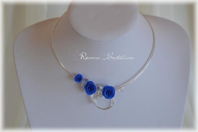 collier argent et bleu mariée avec roses