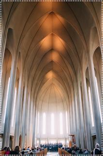 igreja católica de missa por dentro em conto