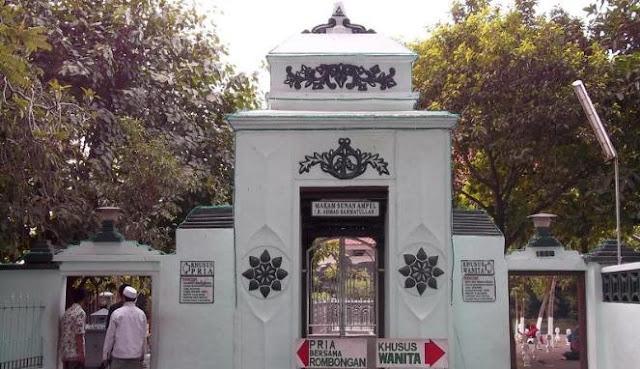 Umat Muslim di Indonesia mempunyai kebiasaan yang unik yaitu bahagia mengunjungi makam oran Tempat Wisata Terbaik Yang Ada Di Indonesia: Makam Sunan Ampel Surabaya, Wisata Ziarah Yang Sering Dikunjungi