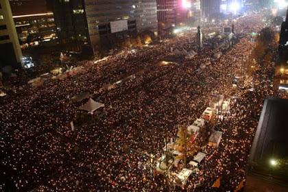 Malam Tahun Baru, Sekitar 800 Ribu Warga Korsel Turun Ke Jalan Tuntut Presiden Park Geun-hye Mundur, Namun Polisi Sebut Mereka Hanya Sekitar 20.000 Orang