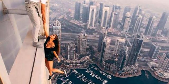 """Demi """"Likes"""", Model Rusia Nekat Bergelantungan di Gedung Tertinggi Dunia"""
