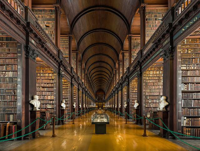 A belíssima Biblioteca do Trinity College em Dublin com  300 anos de idade e mais de 200.000 livros
