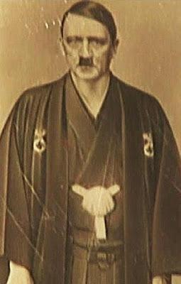 Hitler con un Kimono