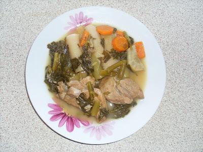Πιάτο με κομμάτια χοιρινού κρέατος και πράσα και σέλινα,λεμονάτο,χωρίς αυγολέμονο