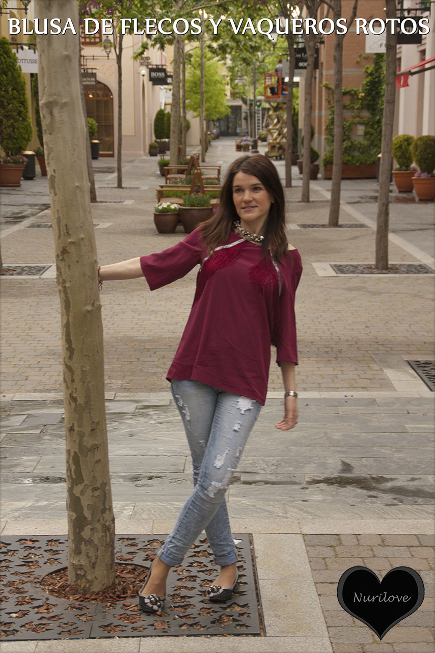 blusa de flecos combinada con vaqueros rotos