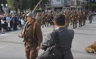 Στρατιώτες στην Κατερίνη έκαναν παρέλαση με τα αυθεντικά όπλα του 1940 και μαγνήτισαν τα βλέμματα