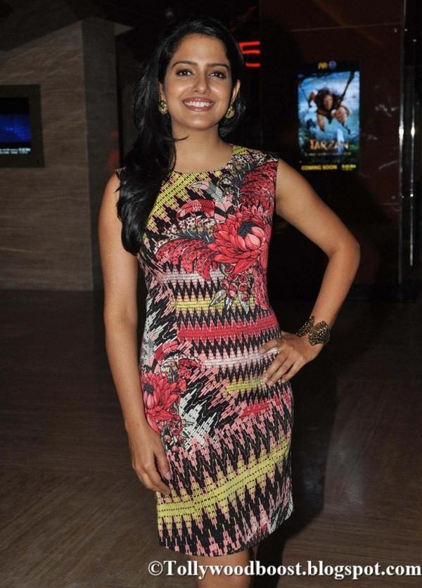 Vishakha Singh Legs Thighs Show Images In Mini Red Top