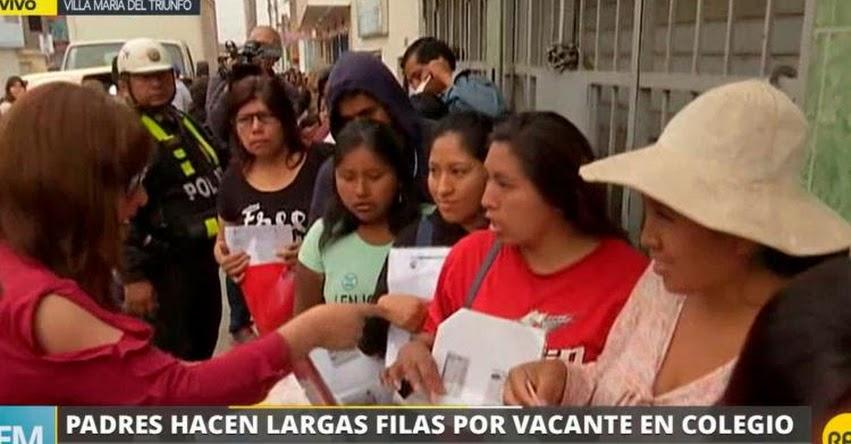 Padres de familia hacen largas colas por vacantes en colegio de inicial en Villa María del Triunfo - VMT
