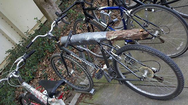 شخص وضع قطعة من الخشب في المكان المخصص لمقعد الدراجة