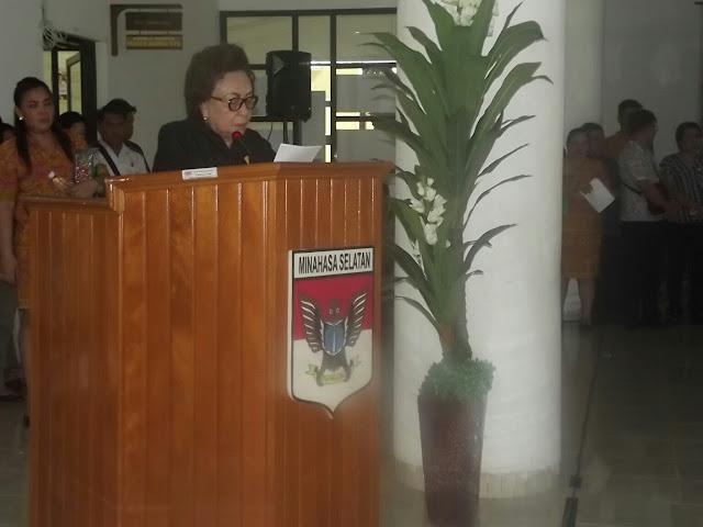 Ketua DPRD Minsel, Jenny J Tumbuan SE memberikan sambutan saat  Persemayaman Jenasa Almarhum Drs. Ben Watung di Gedung DPRD Minsel.