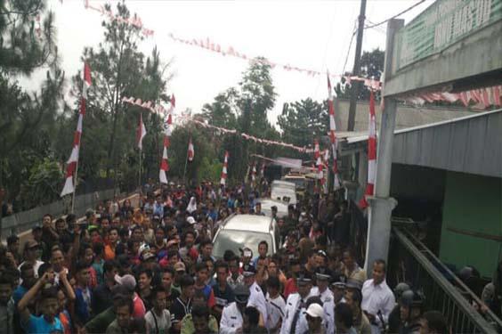 Guru Pondok Pesantren asal Bogor Membakar Umbul-Umbul Merah Putih.