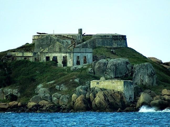 Fortaleza de Nossa Senhora da Conceição de Araçatuba, vista da Praia dos Sonhos, em Palhoça, Santa Catarina
