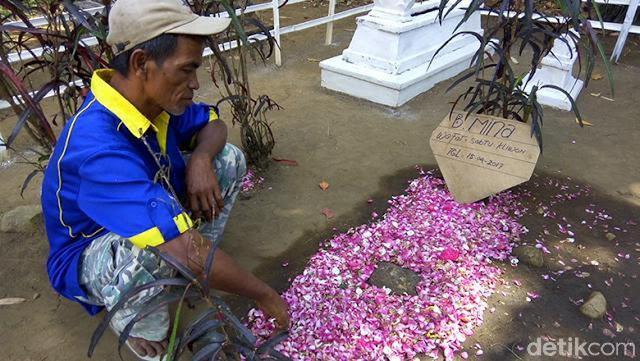 Polisi Cabut Jamur Tumbuh di Makam, Keluarga: Ada yang Pingsan