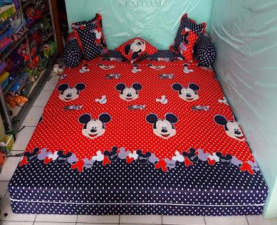 Sofa bed inoac motif micky mouse merah saat di fungsikan sebagai kasur