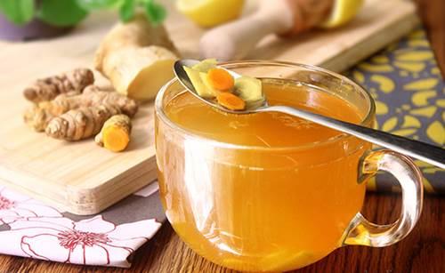 Món gừng kết hợp với mật ong ngậm chữa trị ho, viêm phế quản