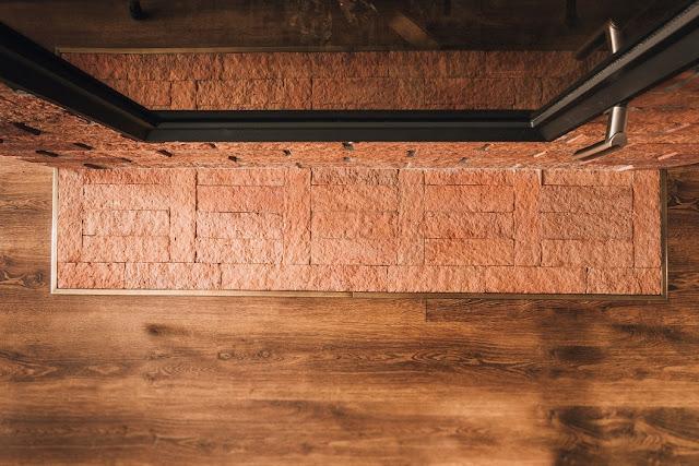 Piękna aranżacja salonu, którego centralnym punktem jest stylowy kominek ceglany