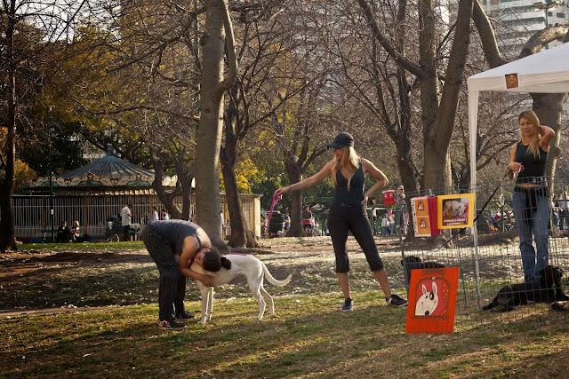 Chicas ofreciendo perros en Parque Las Heras
