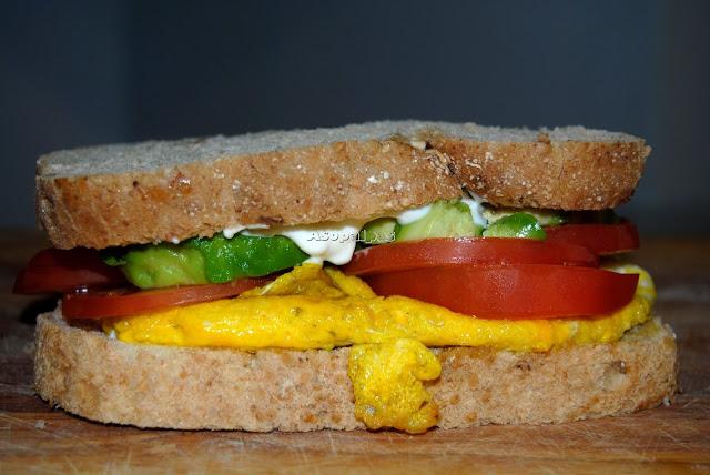 Sándwich casero con Aguacate, Tomates y tortilla francesa