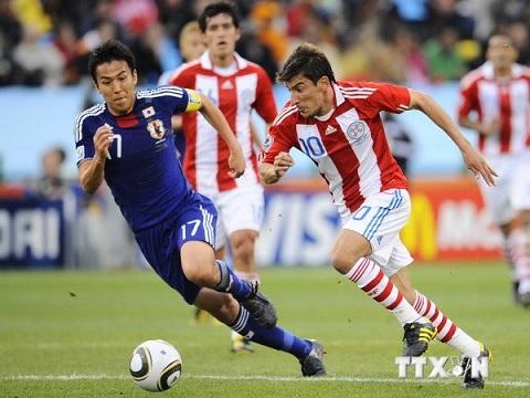 Tiền vệ Makoto Hasebe (trái)