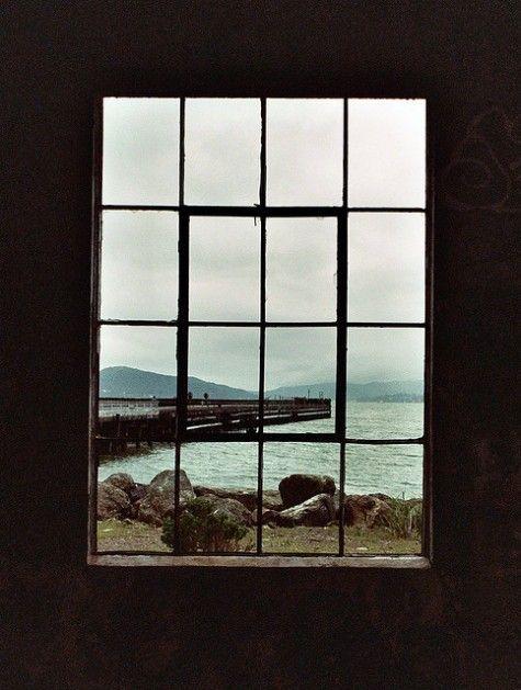 Janela com vista para um pier e mar, janela que tem vista para o futuro, cheia de opções de escolhas e possibilidades de levar a vida de uma forma mais leve