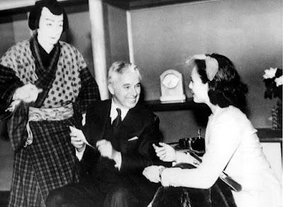 Чарли Чаплин и Полетт Годдар с актером театра кабуки в Токио