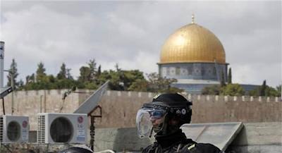 قوات الاحتلال الإسرائيلي تعتقل نحو 120 مصلياً معتكفاً بالمسجد الأقصى المبارك